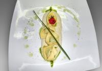 Cappelletti-di-pasta-fresca-chiusi-a-mano-ripieni-di-ricotta-e-spinaci-su-una-classica-salsa-di-noci-alla-ligure-servita-a-temperatura-ambiente-e-filo-di-olio-novello