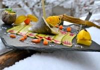 Carpaccio-di-zucchine-con-turbante-di-spigola-al-vapore-scampo-avvolto-nelle-patate-gelato-salato-al-mango-e-salsa-al-frutto-della-passione