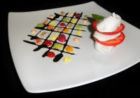 Mosaico-di-colori-e-armonia-nel-piatto-con-pomodoro-e-mozzarella-alla-moda-di-capri.