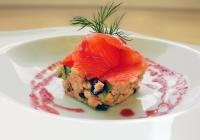 classica-panzanella-toscana-con-petali-di-salmone-marinato-a-secco-in-casa-e-aspretto-ai-lamponi.