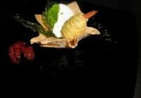 mozzarella-di-bufala-con-pomodori-confit-e-gambero-fritto-in-filini-di-patate